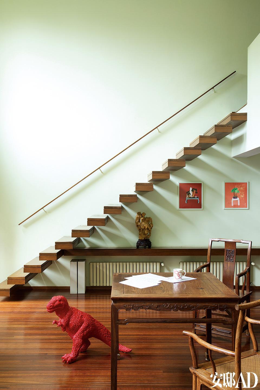 """""""我们都在家工作,挑高的大空间带来宽阔的视野、自由的氛围,让你自由地做你想做的事!""""为了不破坏客厅挑高空间的整体格局,楼梯采用墙壁支撑式的,扶手仅设置在墙壁侧。四副小画来自于郑在东。"""