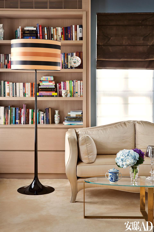 卧室中舒适的休闲角,这里也是阅 读的最佳位置。