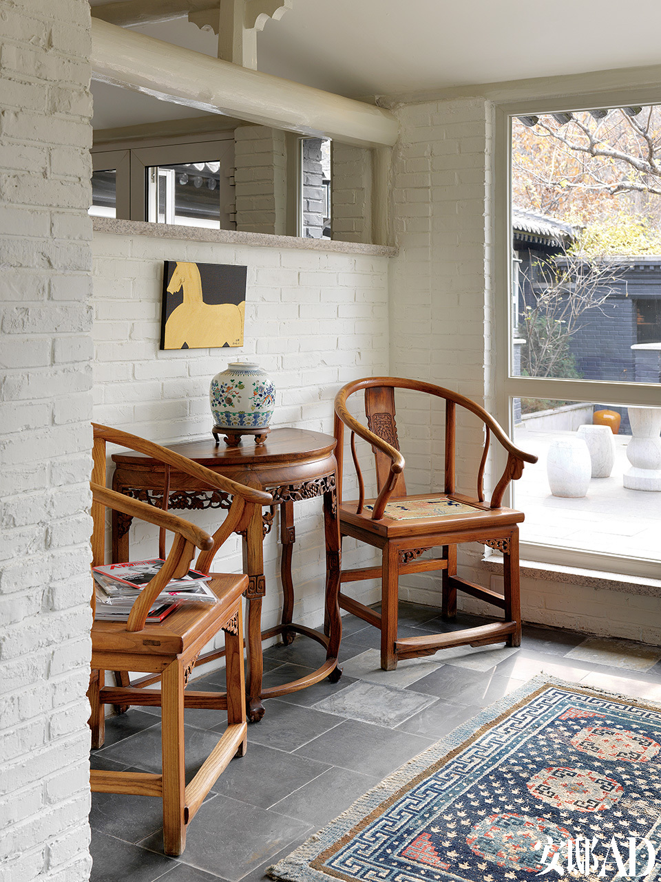 太太唐亮的工作间里,摆着中式桌椅和瓷器,大玻璃窗外就是前院的花园和山野风景。