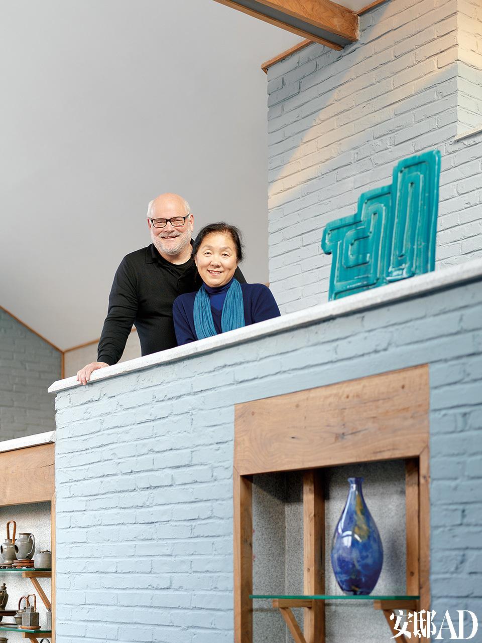 萨洋新增建的起居室,还辟出了一个小隔层,夫妇俩站在上面,可以俯视整个起居室,还能看到后院的景致。