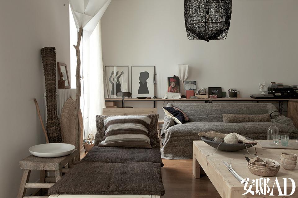 从另一个角度看起居室,后方左侧有两件智利艺术家Luz Donoso的版画作品。