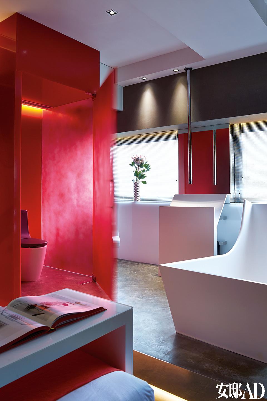 超现代的浴室里雕塑般的浴缸、面盆及水管都出自Antonio Lupi 为Tuscany设计的卫浴系列。红色马桶间的门把手由Philip Watts设计。开放式卫浴就嵌在卧室里面,浴缸与洗手盆仿佛两件雕塑,为空间添色不少。