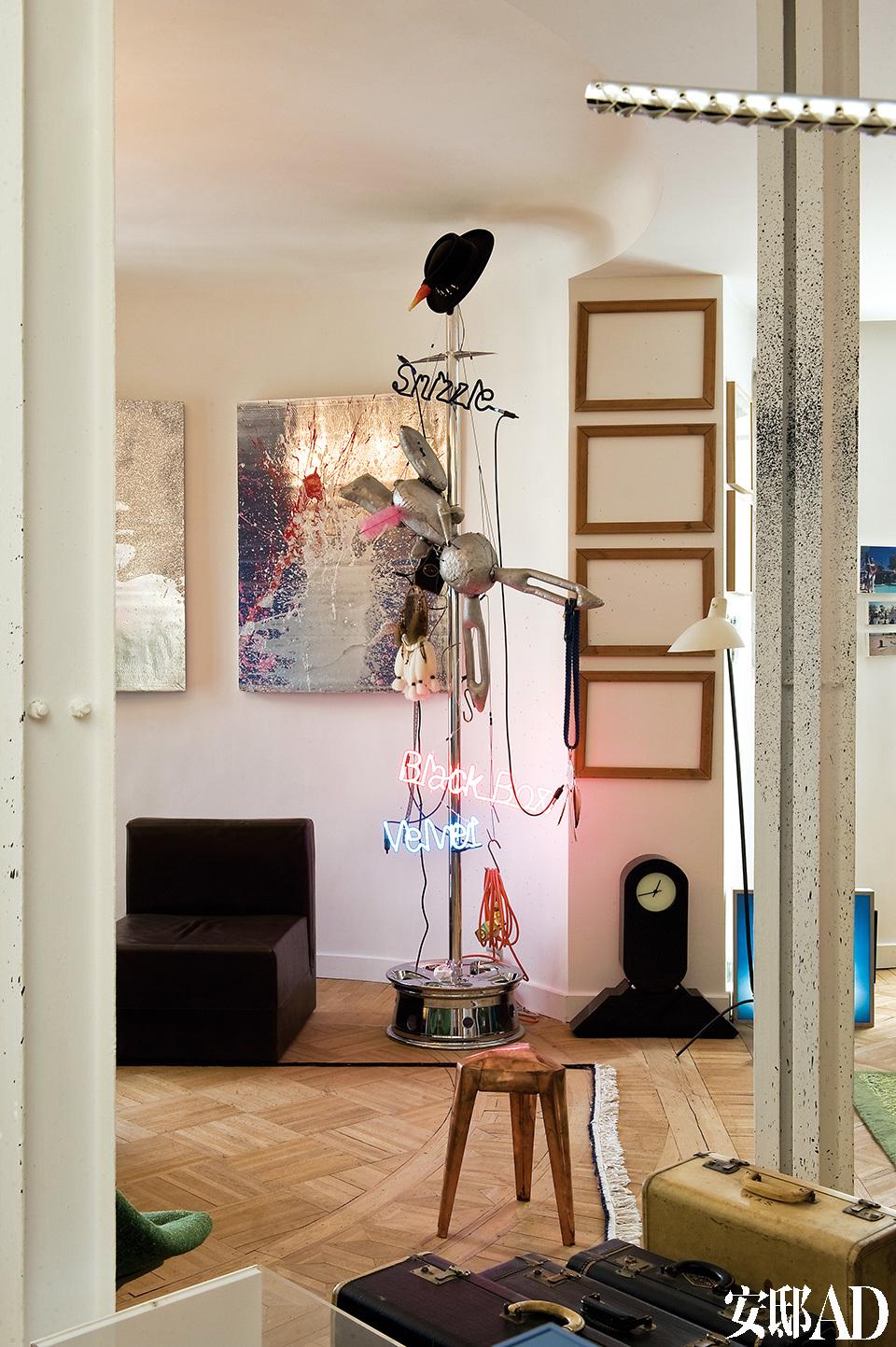 落地荧光灯组来自Jason Rhoades,墙面挂画由Rob Pruitt创作,皮质扶手椅的设计者是Martin Szekely。