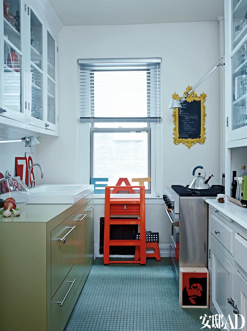 厨房中的红色可折叠小梯子来自Magis。