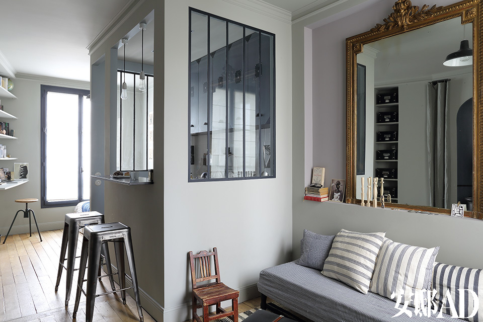厨房中两个简单的陶瓷灯架购自巴黎的Merci生活概念店,高脚凳来自Tolix。