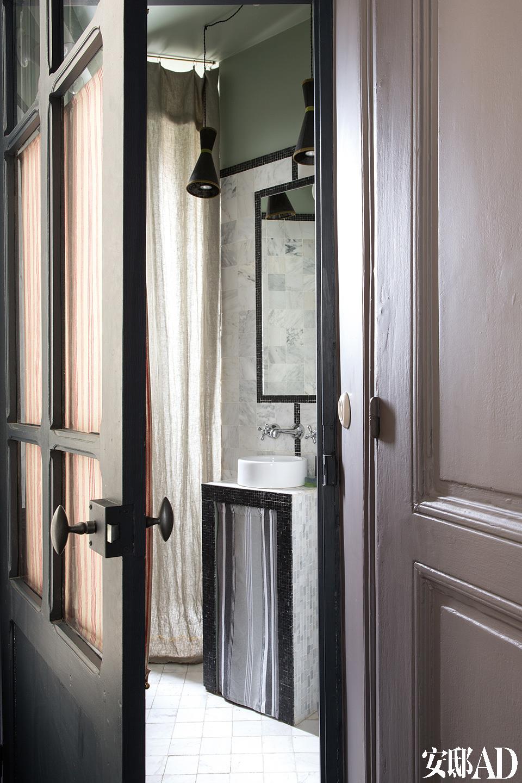 浴室的设计灵感源自上海法租界,纸吊灯由Marianne设计,材料购自巴黎的Calligrane,水池下的条纹小棉布帘面料来自Marché Saint-Pierre。