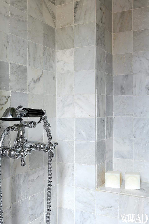 浴室中的灰色大理石地砖来自Antiekbouw,排水管材购自巴黎的Design & Bain,由Stella加工制作。