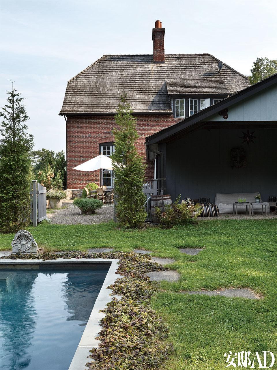 庭院由夫妇俩共同设计,概念就是尽可能地保留野花和原生植物,至此打理花园成了谷文达的爱好之一。