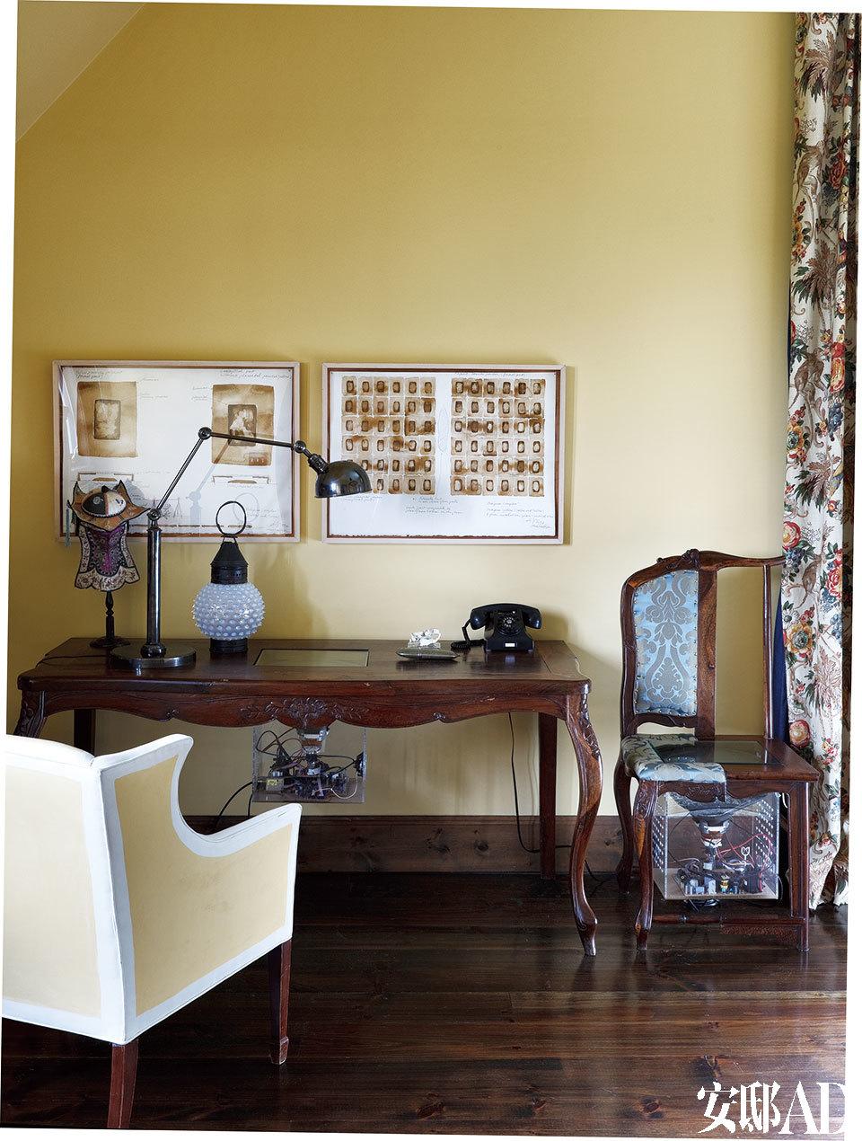 """主卧内的 """"Video""""桌椅是谷文达的一个艺术装置,椅子一半是法国的""""路易十五"""",另一半是""""中国明代""""。"""