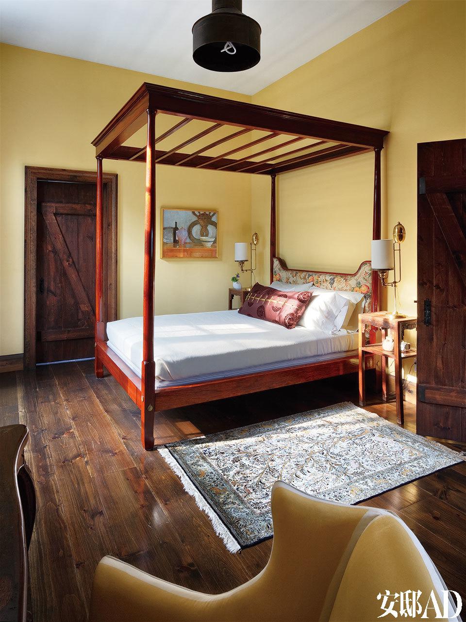 主卧的床是中西结合的式样。