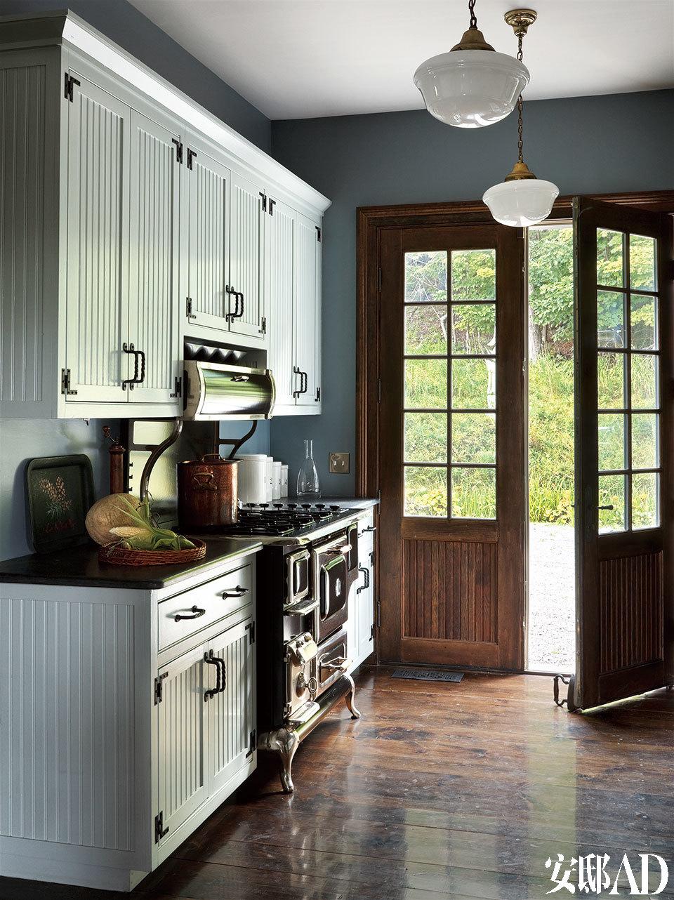 """厨房与室外相连,老式的厨具,搭配院子里的一派""""野""""景,最是度假屋的精神所在。"""