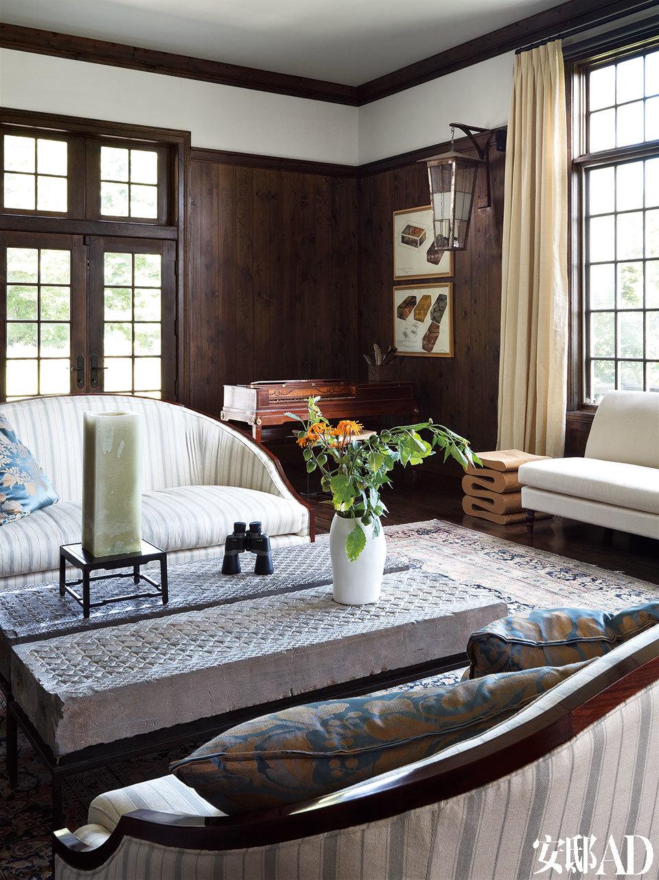 """度假屋里上了年纪的中式老家具,那色调质感竟与这座美国乡村别墅的门窗、护墙板格外吻合。Frank Gehry的瓦楞纸茶几是这个家里少有的""""现代""""物品,入选的原因也许是Gehry那玩世不恭和天马行空的精神符号吧。"""