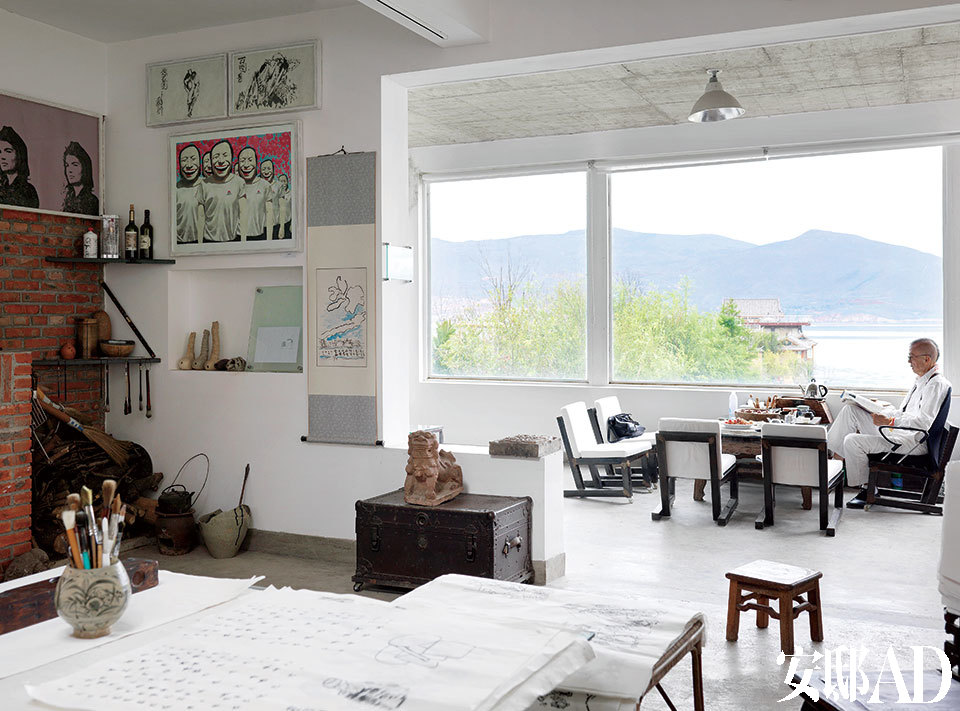 韩湘宁坐在二楼的窗边,窗外就是美丽的洱海,墙上挂着收藏品,有岳敏君和Andy Warhol的版画。