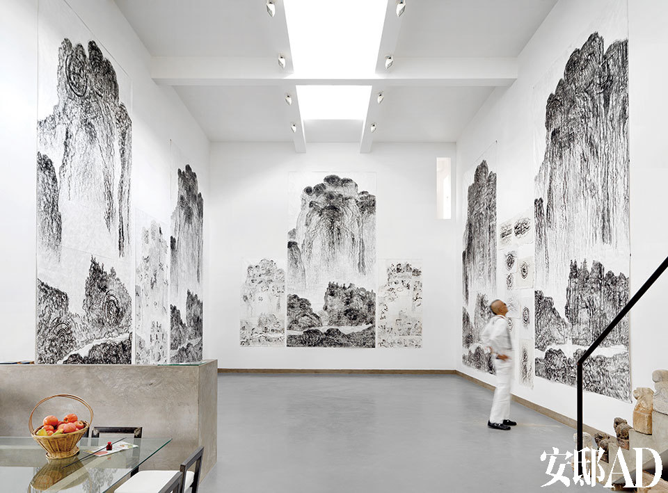 """""""当初之所以要设计如此不凡的挑高,也是因为希望能给自己的巨幅作品找个栖身之地。""""一楼展厅是韩湘宁自2000年以来创作的观念作品《溪山行旅图》,依宋朝范宽的原图结构,在不同的地方旅行拓印当地的各种纹理而成。"""