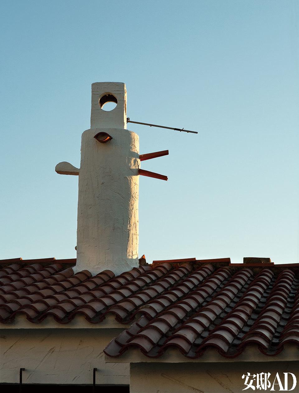 村庄里许多各式烟囱中一座的细节。