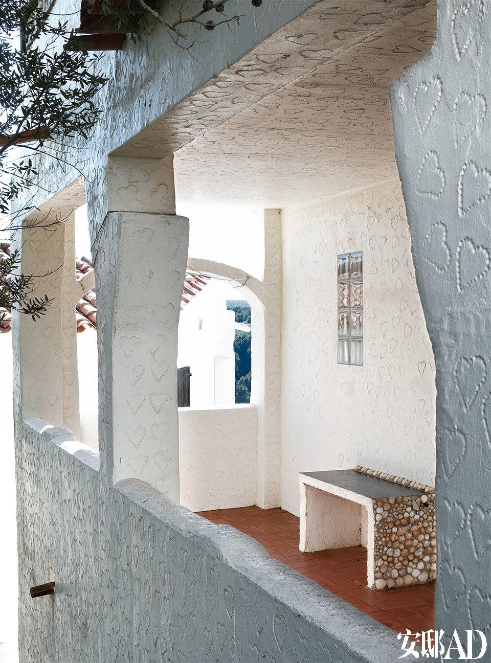 一处带顶的门廊的细节,门廊里,贝壳是制作长椅时反复出现的元素。