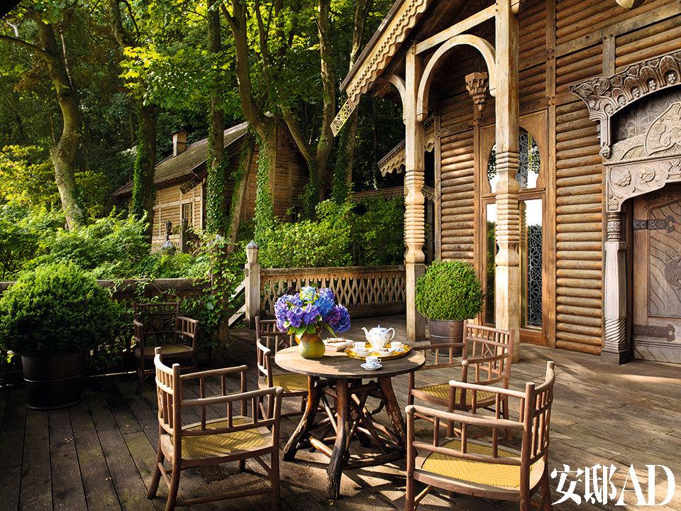 柚木扶手椅为定制品。背景处的建筑是外加的就寝区,包括主卧室和一间客卧。