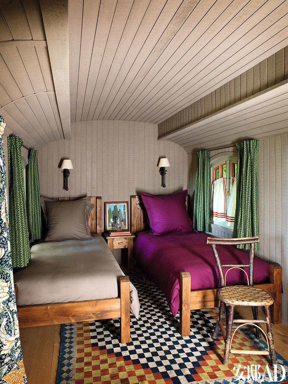 Jacques Grange将一辆传统的吉卜赛大篷车改造成一间整洁的客房。定制的松木床,格纹基里姆地毯,绿色的窗帘选用了老式的William Morris织物面料。