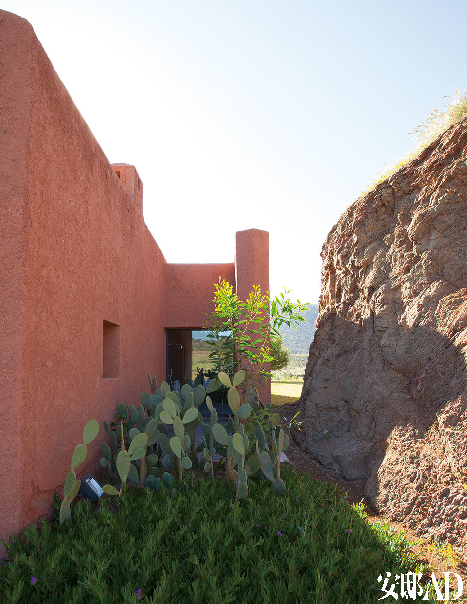房子依着山势而建,可以很好地避风和保温。建筑外墙上那些红色石块与黏土涂层,都取材自当地,流露出粗犷的原始气质。