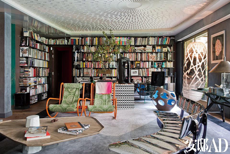 """起居室内的咖啡桌的桌面材料为美国松,表面经过刷洗打蜡,呈现出自然的效果,桌腿为白色大理石。沙发名为""""银翼"""",由不锈钢和熏制有机玻璃制成,是法布里 斯·奥赛为法国公司Galerie Pouenat做的设计。黑白方格桌是Alessandro Mendini的设计,配套的椅子同样来自Collection Ollo系列,由Mendini出品。"""
