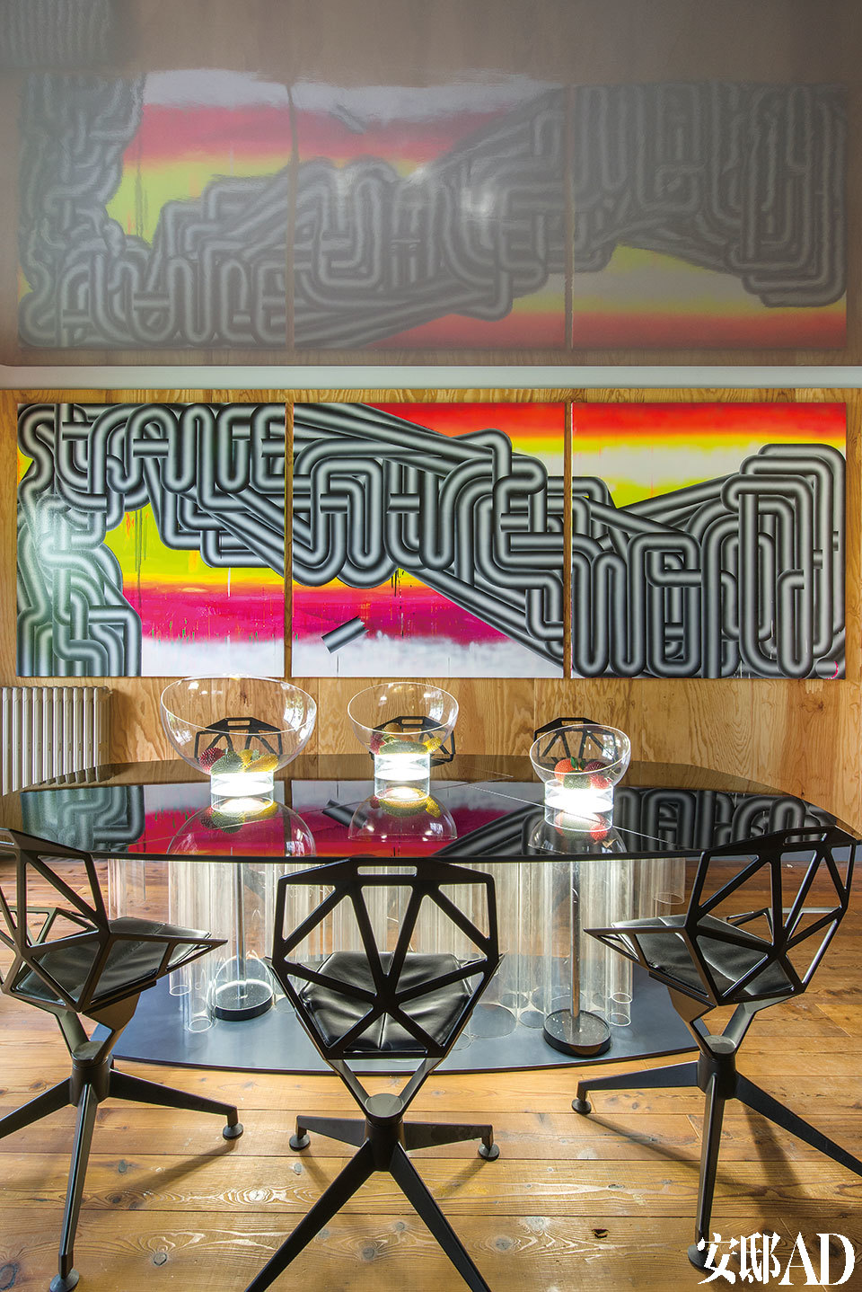 """主人毫不掩饰自己对于多元化和混搭物品的 喜爱,对他来说这高于一切,美国的格林兄弟和日 本的安藤忠雄都让他如痴如醉。餐厅的椅子是Konstantin Grcic的四星设计,黑色铸铝椅架,表面镀钛粉刷聚酯漆;餐桌是法布里斯·奥赛自己的设计,烟黑漆面钢腿,搭配打上背光的树脂玻璃。壁画取名""""Strange""""(奇特),来自Ernesto Leal。"""