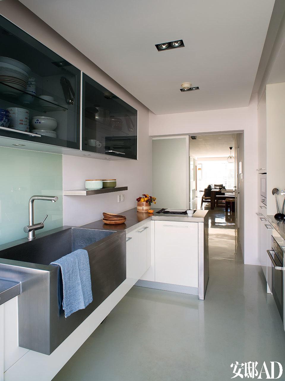 厨房整体由Frank重新设计,收纳功能非常完备,电器主要来自西门子品牌,墙面搁架上的绿罐和操作台上的笼屉为JIA品牌,来自家天地。