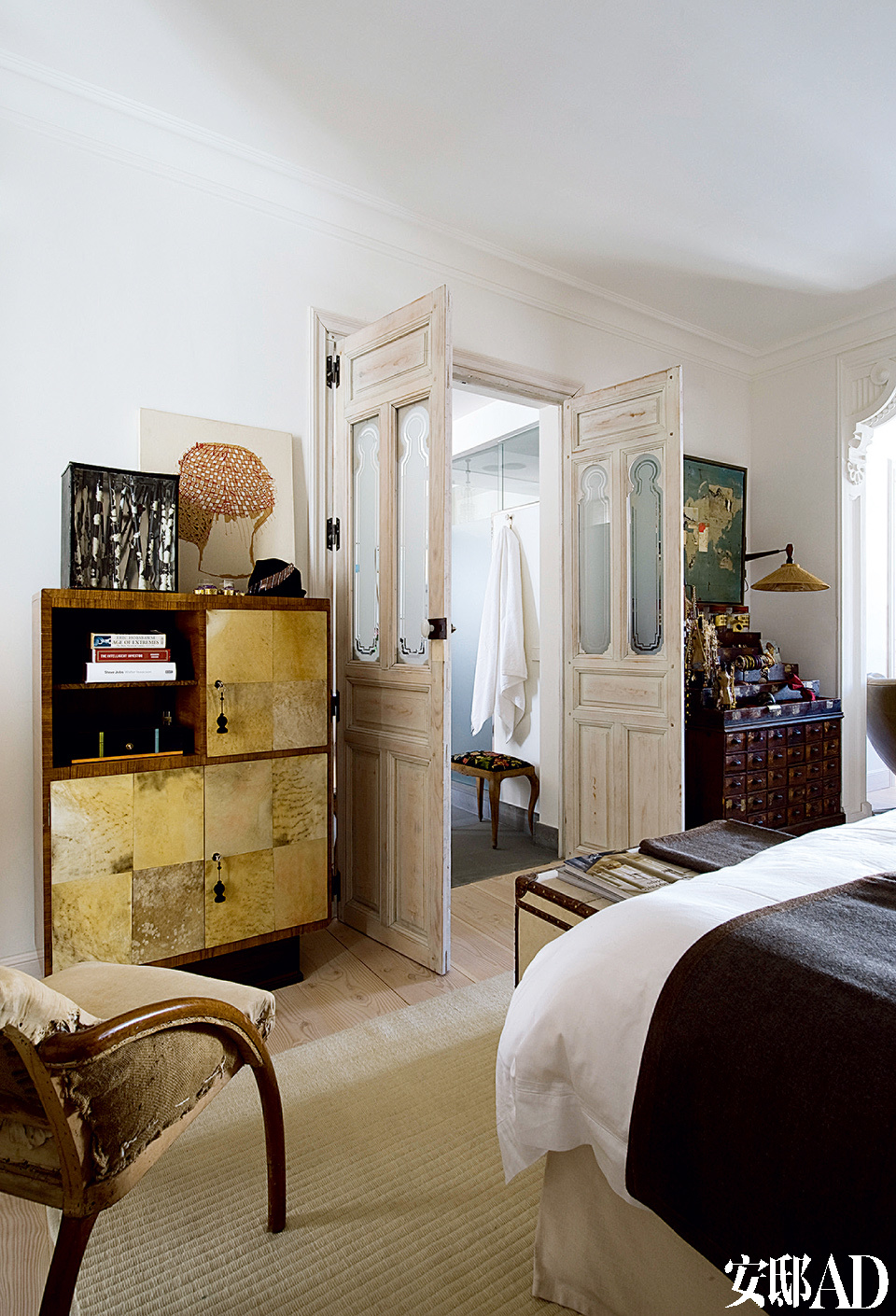 在购买于Jon Urgoiti的Art Decó的羊皮纸柜子上放着Carlos Díaz Bustamante设计的盒子和Ana De Matos的剪贴画。椅子是在Argucho Iruretagoyena购买的。