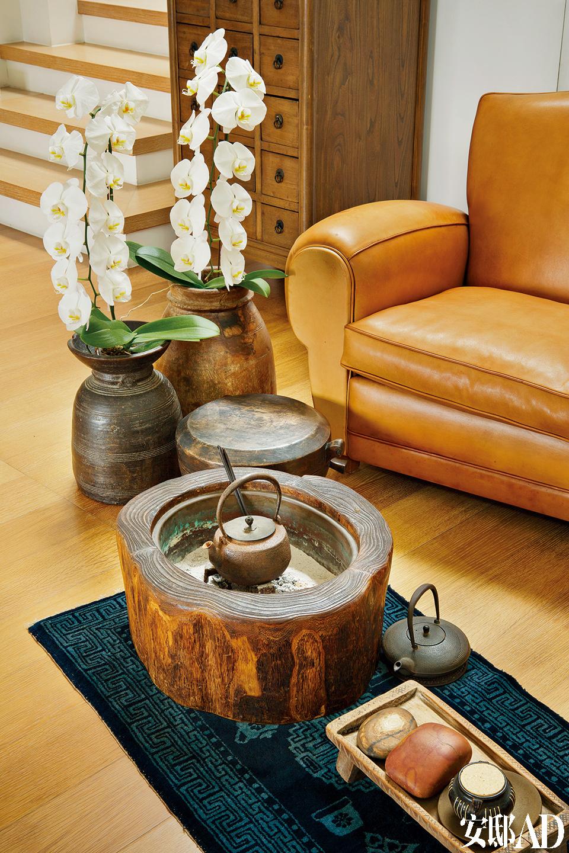 客厅一隅的泡茶桌,古朴而简单的茶席摆设,展现主人质朴的一面。