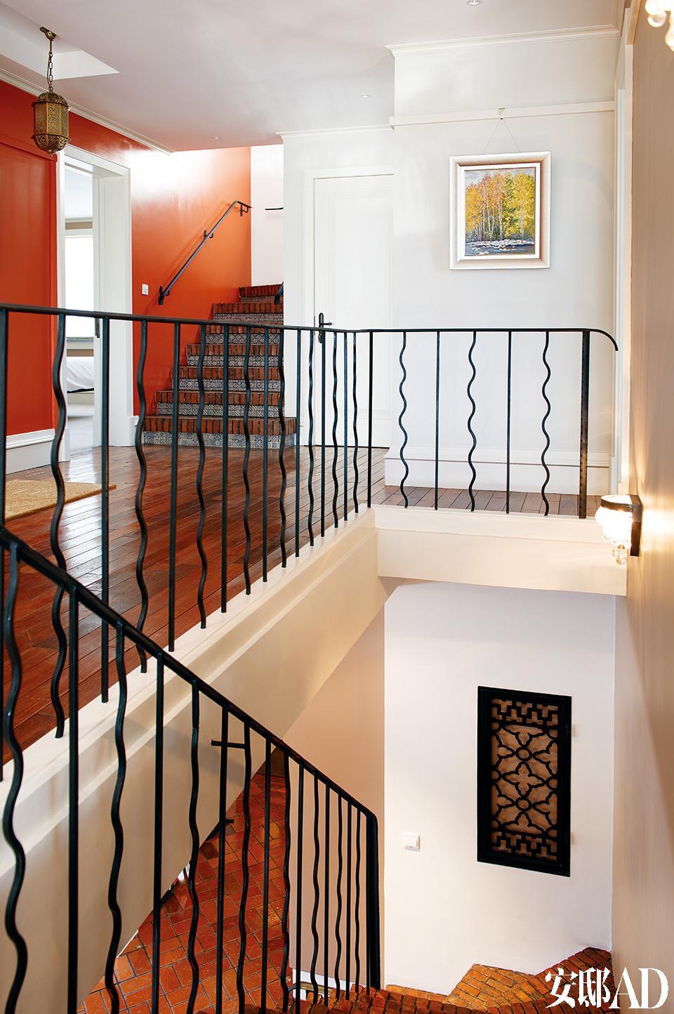 楼梯回廊。屋内的铁艺都是在当地请工匠制作的,墙面上的铁艺装饰遮盖了电箱。