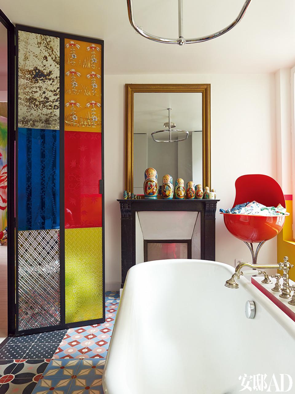 在家里给各种色彩找到合适的地方安身,哪怕是浴室的地砖都绝不能放过。镜子前是俄罗斯玩偶合辑,混凝土地砖来自巴黎的Petit Pan。