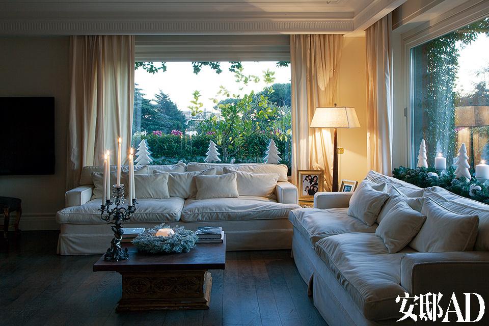 Mark Alexander的珠光天鹅绒沙发以及白色天鹅绒转角沙发都跟这个家的主色调一脉相承。滑轨大玻璃窗为这个家带来美妙的光线。