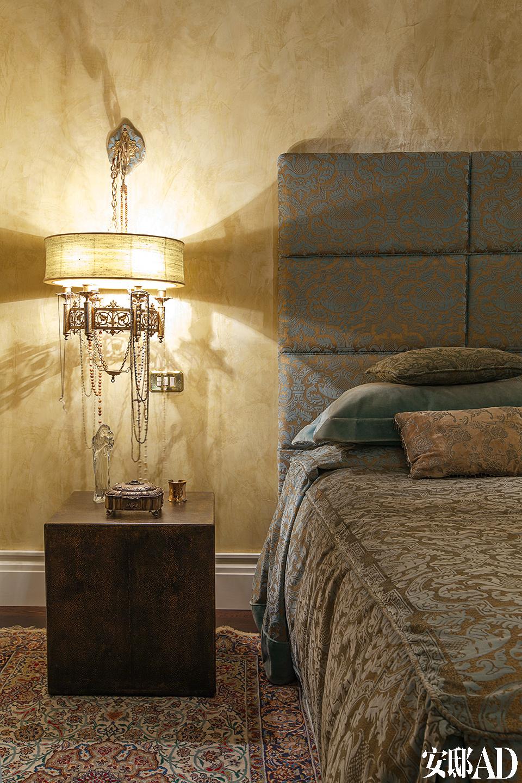 卧室与浴室的装饰都相对古典,衬着温馨的灯光,凸显着窗外壮丽而永恒的自然景观。主卧里,床头板的面料和床均为金色手工着色的天鹅绒面料所包裹,来自Faberge。Shagreen的床头柜来自France Art Deco。床头柜上放置着拿破仑三世时代风格的铜珐琅床头灯。