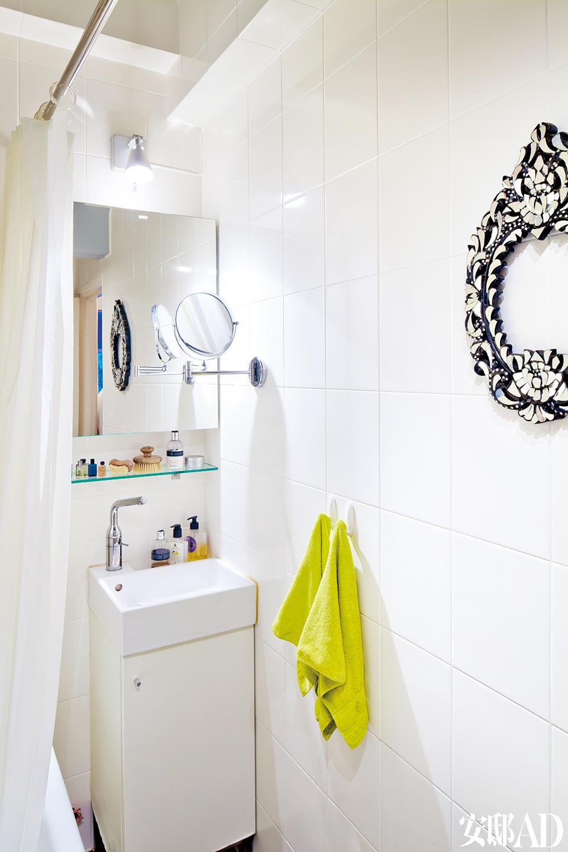 浴室中,旧瓷砖表面被聪明地喷上了白色防水漆,带来焕然一新的效果。