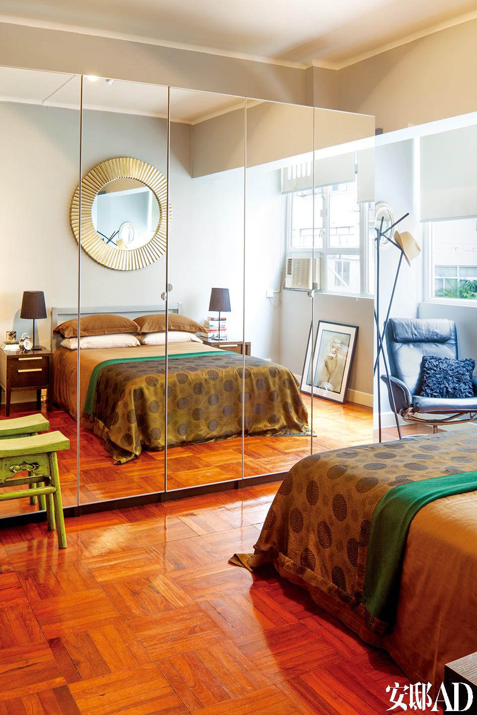 卧室中的镜面衣柜同样起到了扩张空间的作用。