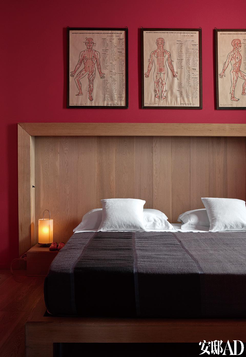 主卧室,床是Jacopo 2007年的设计,由Fratelli Bianchi制作;墙上是传统的针灸图,来自跳蚤市场的斩获。床嵌入到墙面里20厘米深的壁龛,覆盖着和地板材质相同的镶木地板条。色调温馨明媚,设计上方便孩子们四处跑跳打闹,这就是五口之家的美好生活。