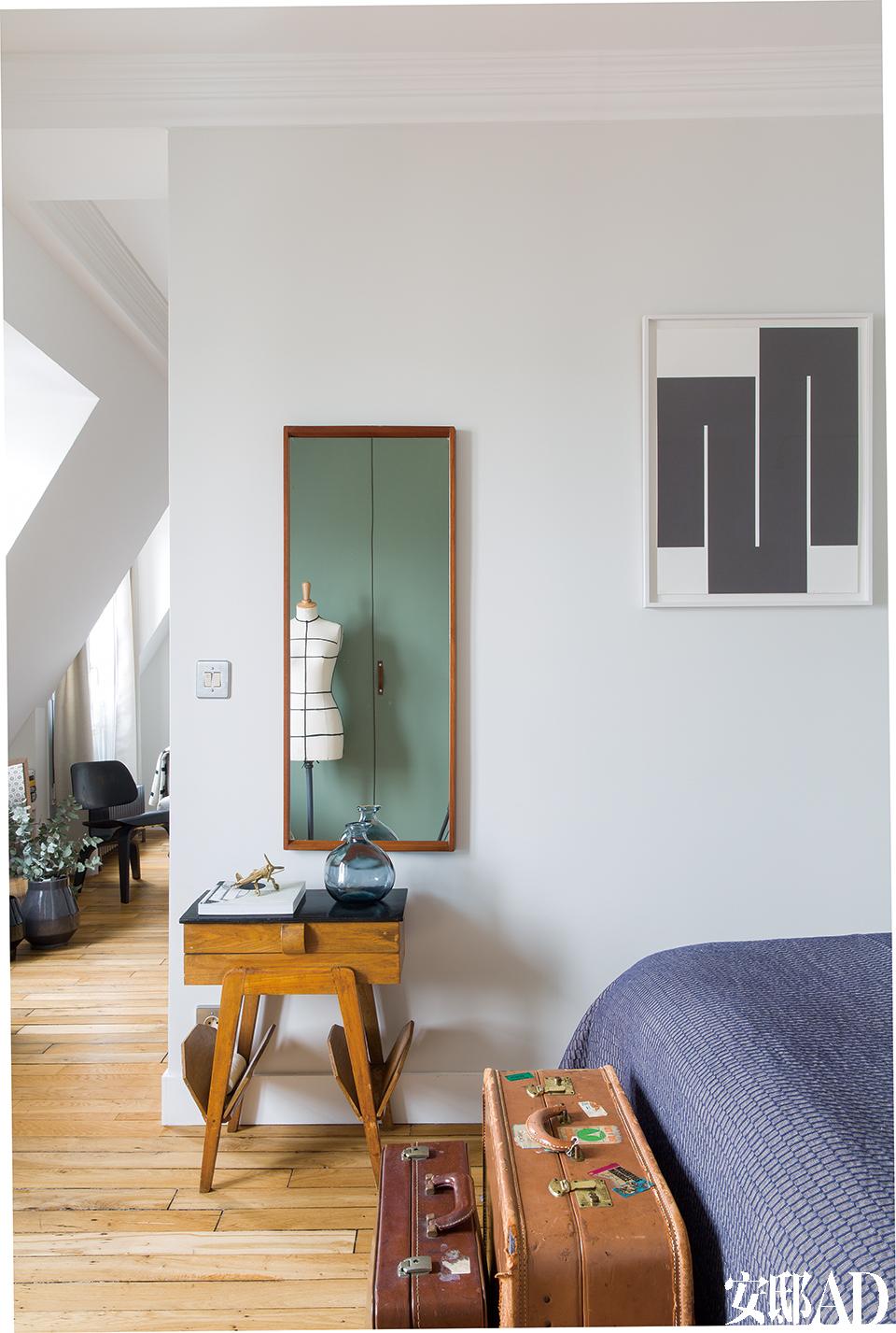卧室里有一面20世纪60年代的丹麦穿衣镜,购自巴黎的NordikMarket,镜前的小桌子原本在一个服装工作室中用于存放线轴,桌上的玻璃花瓶购自 阿姆斯特丹。墙上的黑白丝网版画是由Julije Knifer在1997~1999年间创作的《Angle》,购自巴黎Gimpel & Müller画廊,床脚的旅行箱都是从巴黎古董市场淘回来的。