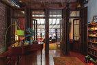 作为房间隔挡的红木法式门和百叶窗来自Demolition Depot;1962年的斯坦威钢琴是在一次资产拍卖会上购得的,由曼哈顿Beethoven Pianos翻新;绿色落地灯购自CB2。