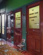门厅里装了附近一栋建筑原地下室房间的门,后面隐藏了帽子和钥匙。