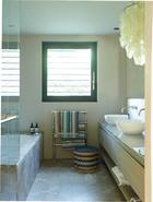 浴室吊灯来自Verner Panton,圆墩和浴巾都来自Missoni Home。