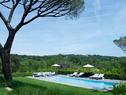 如果你有幸从飞机上俯瞰法国南部,会见到一座座蓝色泳池如宝石般镶嵌在绿色的丘陵和平地上,这里便是其中的一座了。郁郁葱葱的草坪和灌木包裹着澄澈发蓝的池水,池边的沙滩躺椅和户外休闲家具主要来自Roda品牌,最左侧的白色小凳子来自Gervasoni。