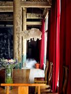 冰逸是浪漫诗性的、放荡不羁的,她把大庙称为自己身体的延伸,她自己也是大庙的一部分,二者形成了一种奇妙的融合。一进大厅的玻璃门,左侧悬挂着棉花做成的云灯。