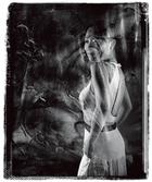冰逸站在她的作品《蝶变》 前,犹如画中人。主人: 冰逸,自由艺术家。本科曾攻读生物医学和电子工程,2005年取得耶鲁大学艺术史和考古学博士学位。她还同时身兼建筑设计师、作家、策展人、文化评论家、教育家和社会活动家等身份。