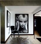 走廊中的大幅黑白摄影作品来自法国摄影师 Bettina Rheims。