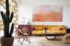 """这个家围绕着""""沙漠""""主题进行演绎。客厅挂 着的法国画家Christian de Laubadere作品,粉红色的画面,若有似无地能看见远处卷起的一场沙漠风暴,坐在客厅里却反而心觉宁静而安全。"""