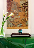 """从画卷上的山水,到现实中的园林,一切对生活质感的追求无不"""" 泄露"""" 着主人的内心向往——临泉品茗、悠游天地!位于一层的休息室里,古代、现代和前卫艺术品共同对话。墙上这幅清代著名宫廷画家李世卓的精品青绿山水图轴又是淡勃的得意收藏之一。乾隆帝曾称李世卓为""""当朝第一"""",而故宫专家也曾评价这幅画为李世卓青绿山水中最好的一件作品,甚至超过了故宫及其他博物馆的藏品。小香炉是百年前日本名窑仿制的中国宋代龙泉窑鬲式香炉。亮绿色的柜子是意大利当代家具设计。"""