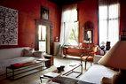 """厅室从特定的高度上呼吸,浸透在中央庭院的宁 静之中。""""这份宁静无论什么我都不会舍弃"""",这恰好是 Axel坚持的另一种优雅生活。客厅的入口上方,是来自意大利的17世纪肖像画作。两扇面对庭院的窗户之间,悬挂着18世纪的意大利古董镜,带有岁月沉淀的沧桑感。客厅中央摆放的橙色座椅,温暖惬意,同样来自于18世纪的意大利。而舒适的沙发和咖啡小桌,均由Axel Vervoordt亲自设计。"""