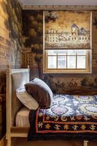 一层空间原本是马厩,Claud在改建时为它开了很多窗,这才引入足够光线。位于一层的佣人房虽然面积不大,但装饰一点不马虎。床上的毯子是Claud在伦敦的一个拍卖会上买到的,是18世纪高加索人手工绣制的被盖。壁纸是de Gournay欧式系列的Monuments of Paris。