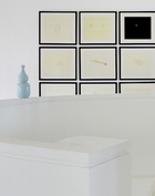 白色的旋转楼梯从一层通向顶层,墙上的画作都是中式的写意风格。