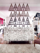 用于分隔起居室和餐厅的Paco Rabanne屏风是女主人的最爱,其设计基于被Jenny-lyn视为完美的毕达哥拉斯定理。起居空间弥漫着浓郁的好莱坞风情,餐厅与客厅之间由一件上世纪60年代的Paco Rabanne屏风隔开。在屏风下面是一张上世纪80年代的法国木质雕刻边桌。