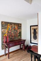 二层玄关处的艺术品也是当代与古代的混搭。